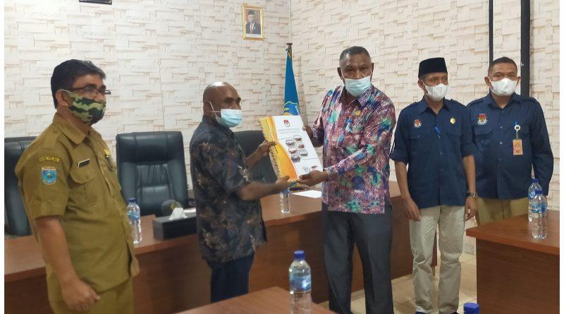 KPU Serahkan Dokumen Kepada Ketua DPRD Teluk Bintuni Untuk Ditindaklanjuti